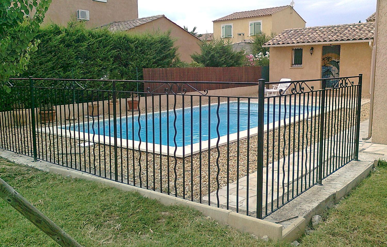 Portail en fer forg ferronnerie d 39 art garde corps for Cloture fer forge pour piscine
